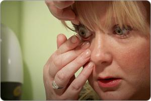 Aloita piilolinssien asettaminen oikeasta silmästä